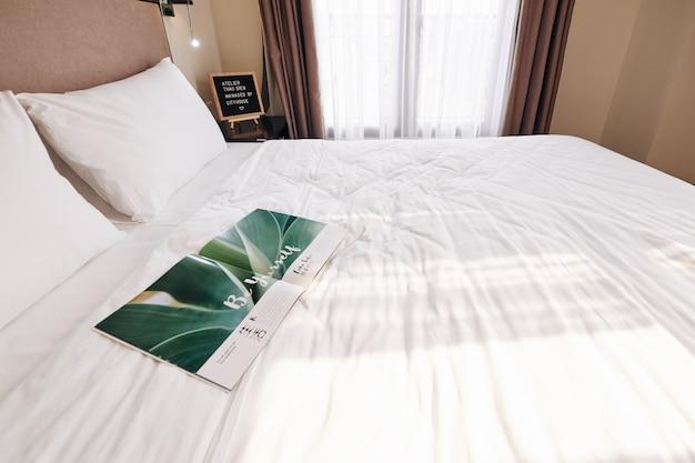 Revista aberta na cama do hotel