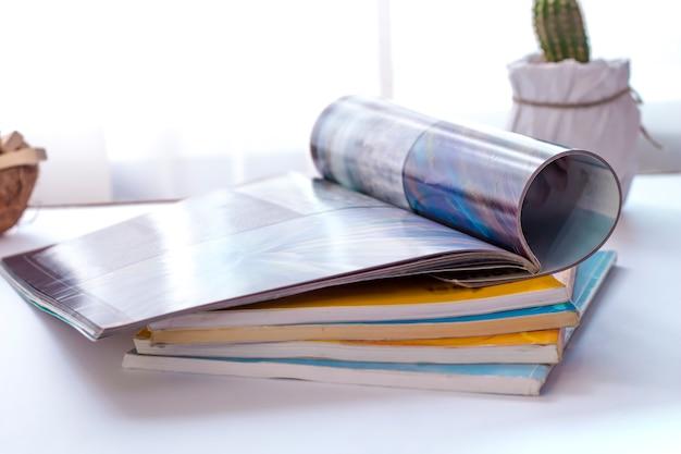 Revista aberta sobre a mesa na sala de estar.