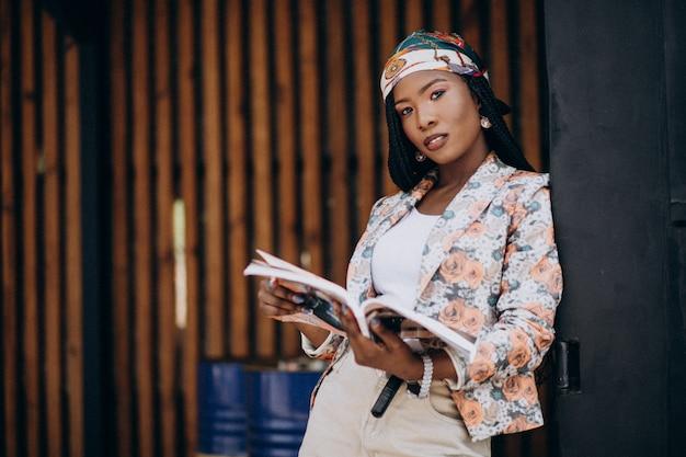 Revista de leitura afro-americana elegante na rua