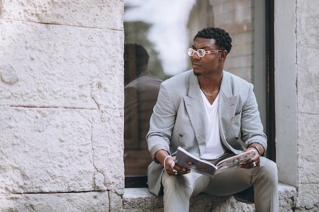 Revista de leitura de homem afro-americano