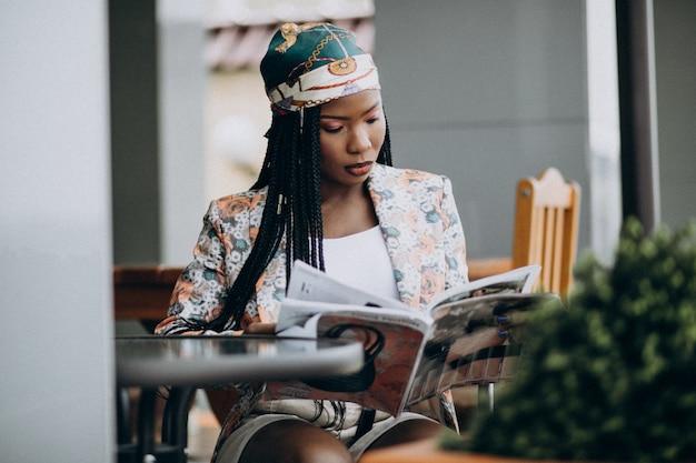 Revista de leitura mulher afro-americana em um café