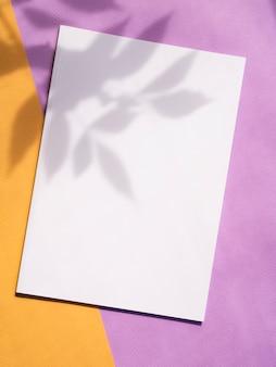 Revista de maquete de vista superior com fundo colorido