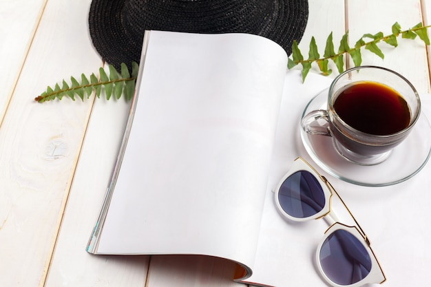 Revista de mock-up ou catálogo em uma mesa de madeira