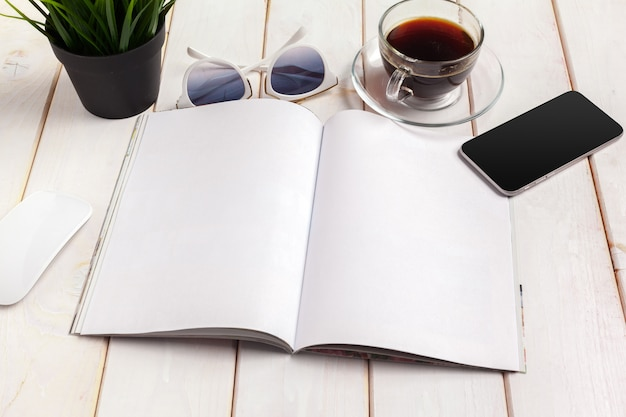 Revista de mock-up ou catálogo em uma mesa de madeira.