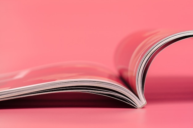 Revista em rosa.