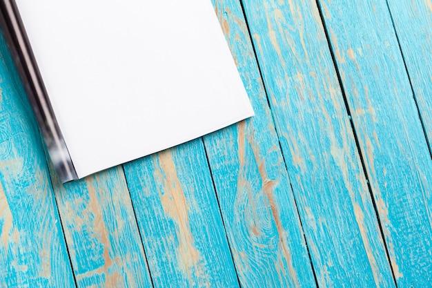 Revista ou catálogo na mesa de madeira