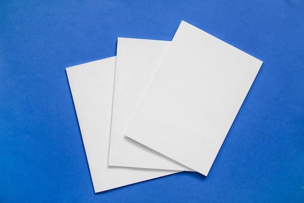 Revistas em branco na cor de fundo