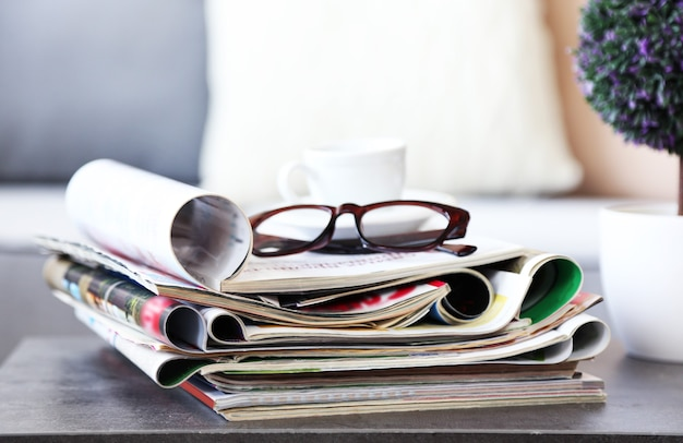 Revistas na mesa da sala, close-up