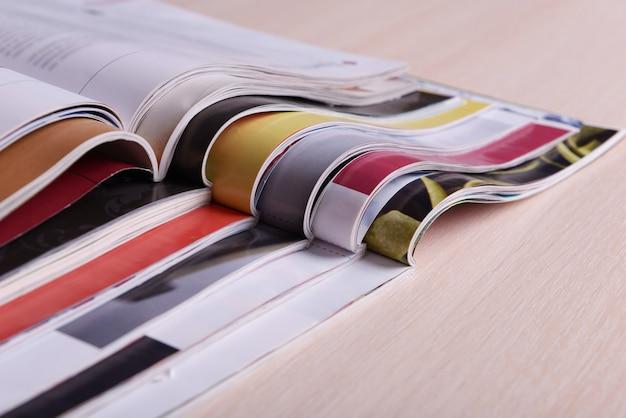 Revistas na mesa de madeira fecham