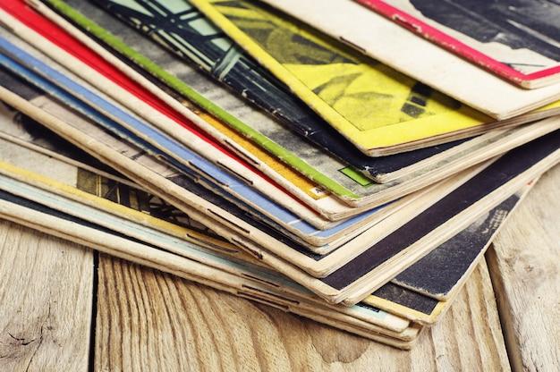 Revistas velhas em uma mesa de madeira