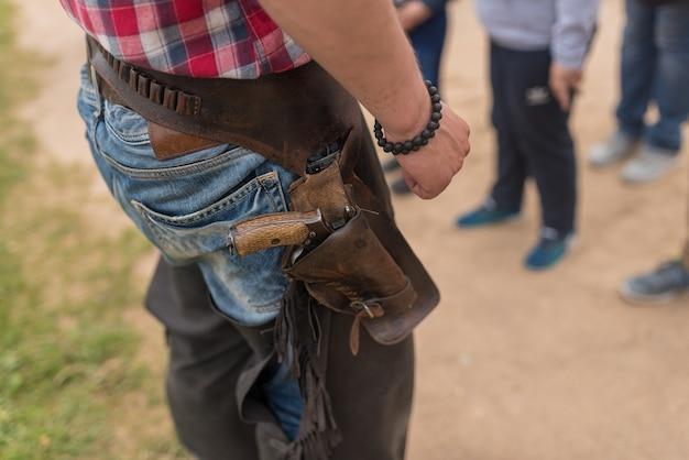 Revólver em um coldre para o cowboy