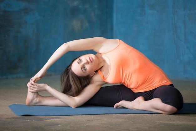 Revolvido de frente para o joelho para a frente curvatura pose