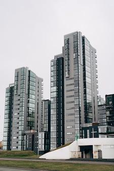 Reykjavik, islândia, com edifícios de apartamentos de vários andares à beira-mar em reykjavik