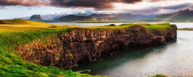 Reynisfjara praia de areia preta na islândia. montanhas reynisfyal