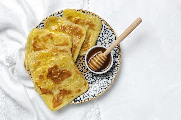 Rghaif ou msemen árabe caseiro e tradicional com mel e cream cheese. comida marroquina