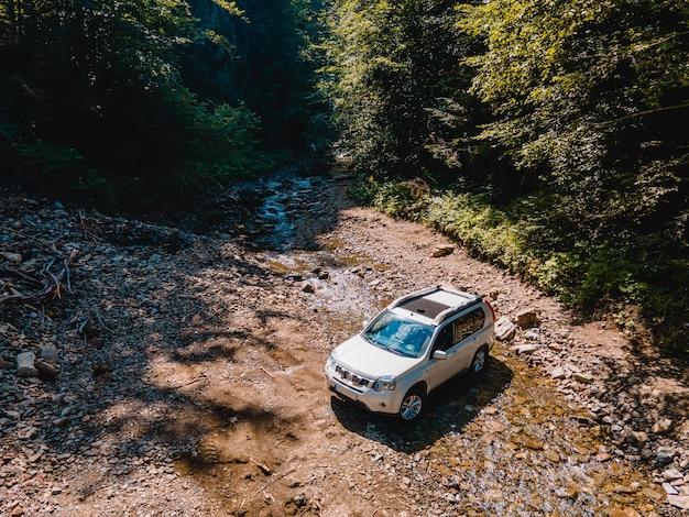 Riacho das montanhas do carro do suv no espaço da cópia do fundo