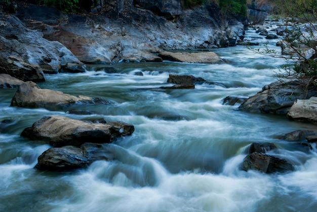 Riacho flui sobre as rochas