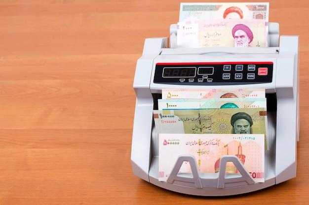 Rial iraniano em uma máquina de contagem
