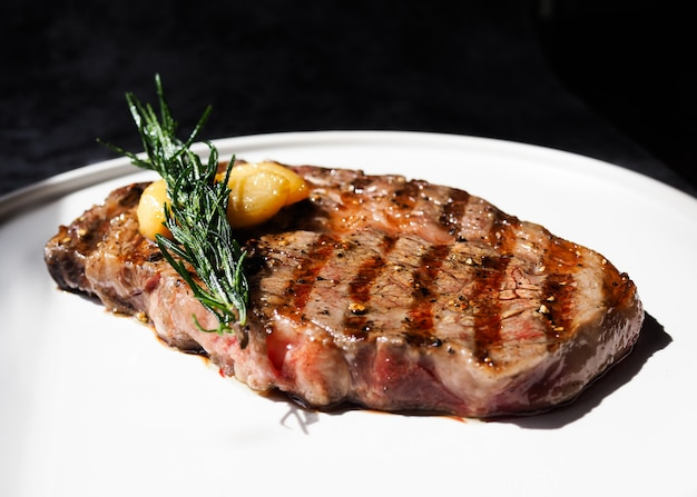 Ribeye sirloin steak, bife black angus, carnes grelhadas