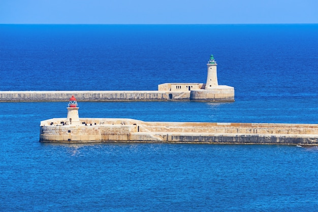 Ricasoli e st elmo lighthouse no porto em kalkara perto do porto grande de valletta em malta.
