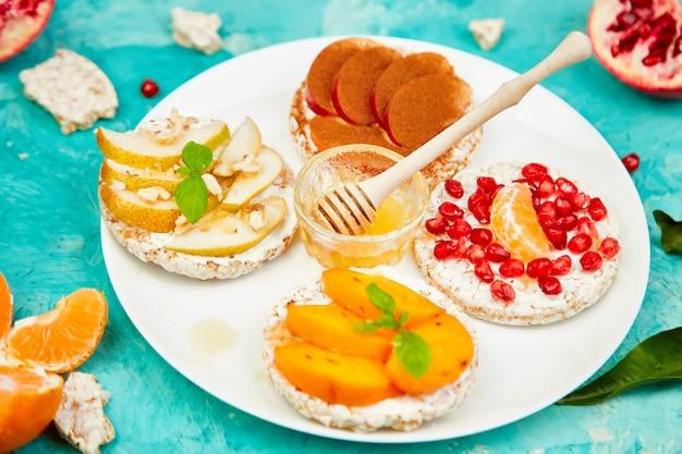 Rice crisp bread lanche saudável com frutas tropicais