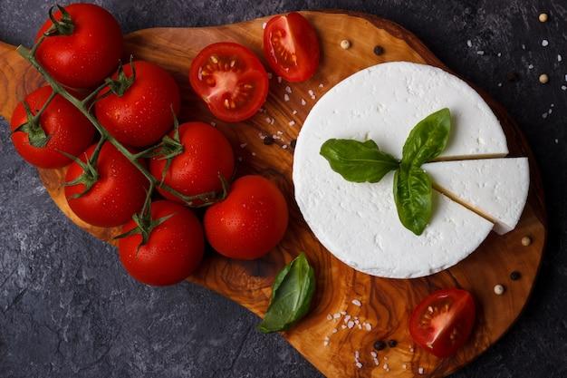 Ricota com manjericão e tomate