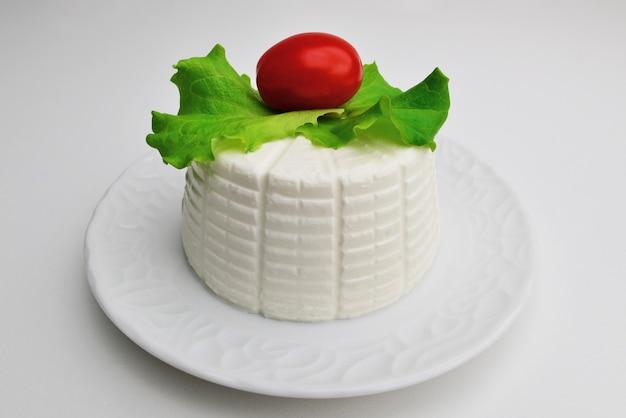 Ricota com tomate cereja e manjericão ricota com legumes queijo artesanal de ricota italiana com tomate manjericão dieta mediterrânea