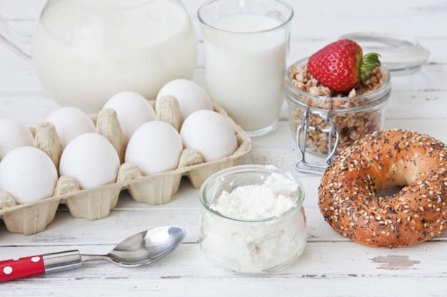 Ricota, granola, pão fresco e ovos, foco seletivo, profundidade de campo rasa