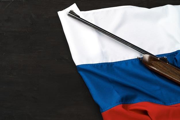 Rifle arma na bandeira da rússia close-up