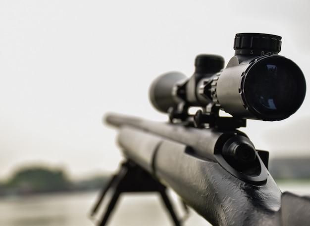 Rifle com mira e bipé