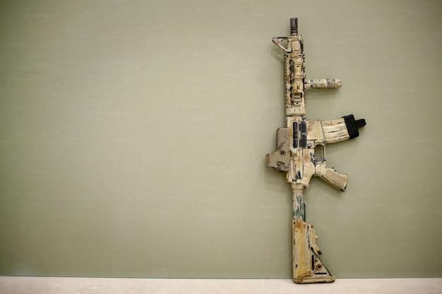 Rifle de assalto, pintado na cor areia.