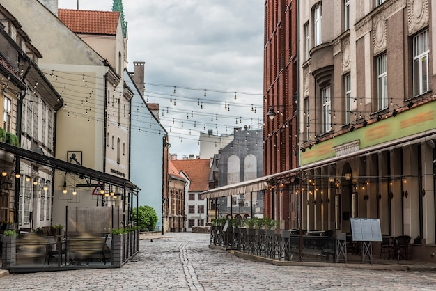Riga, centro histórico da cidade velha da letônia com ruas medievais e cafés