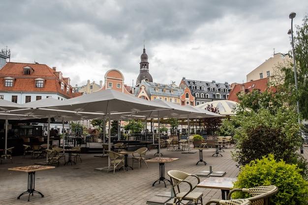 Riga, centro histórico da cidade velha da letônia com ruas medievais, igrejas, belos edifícios, cafés e arte e cultura letãs