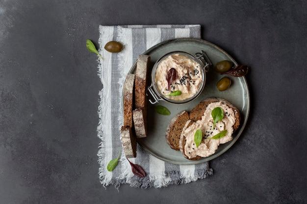 Rillettes de atum com cream cheese e anchovas e pão fresco