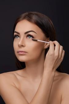 Rímel, maquiagem de beleza, pele macia fresca e cílios longos pretos grossos aplicando rímel com escova cosmética, extensões de cílios, cílios postiços,