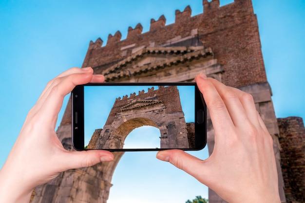 Rimini, itália vista do famoso arco de augusto. foto tirada no telefone