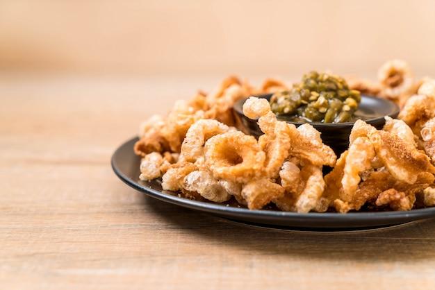 Rincho de porco frito ou lanche de porco com molho de pimenta verde tailandês do norte