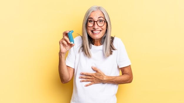 Rindo alto de alguma piada hilária, sentindo-se feliz e alegre, se divertindo. conceito de asma