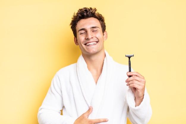 Rindo alto de alguma piada hilária, sentindo-se feliz e alegre, se divertindo. conceito de barbear