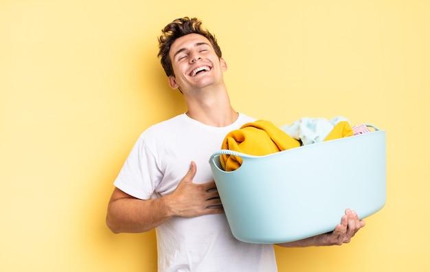 Rindo alto de alguma piada hilária, sentindo-se feliz e alegre, se divertindo. conceito de lavagem de roupas