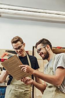Rindo artesãos lendo documentos