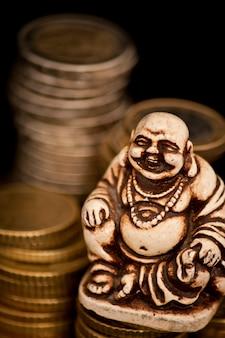 Rindo budda na frente das moedas