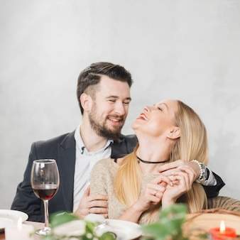 Rindo casal apaixonado em jantar romântico
