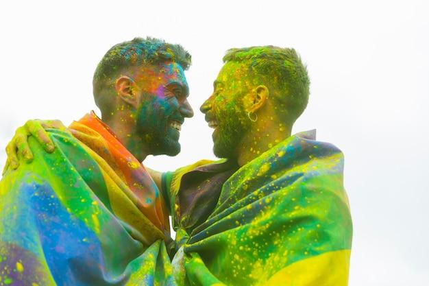 Rindo desarrumado namoradas gays abraçando na parada do orgulho
