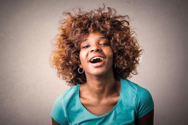 Rindo feliz garota afro
