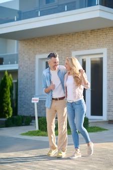Rindo feliz homem e mulher com as chaves