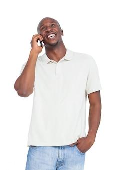 Rindo homem enquanto fala ao telefone