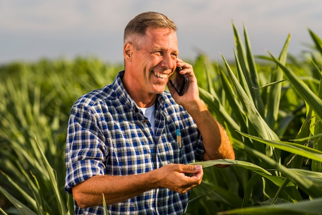 Rindo homem falando ao telefone