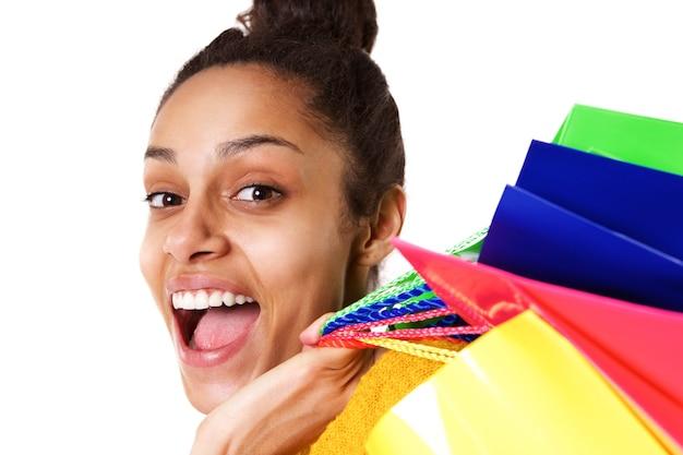 Rindo jovem mulher africana com sacos de compras