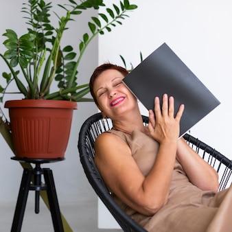 Rindo sênior senhora segurando revista